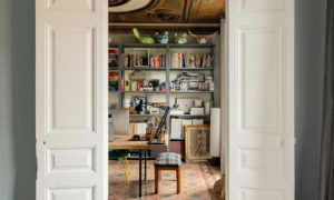 Designers' apartment for work and leisure: eclectic home in Barcelona